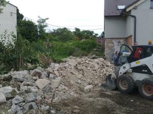 búranie starej šopy a plotu