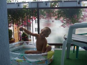 muškátiky nám robia dobrý tieň .... aj bazénik sa nám zmestí