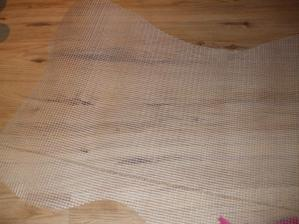 Zo sieťky na zatepľovanie som si vystrihla obláčik ...80 x 50 cm