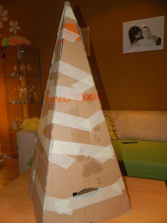 Ke sa mi velmi chce a mam  cas :-) .... - tento rok bude kartónový stromček iný ...