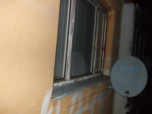 okno v obývačke z vonku ...brrr