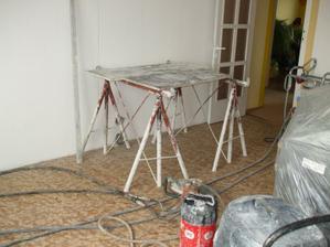 začína sa búrať nosná stena za účelom vzniku otvoru medzi kuchyňou a obývačkou