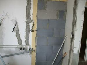 zamurovaný pôvodný vchod z chodby do kuchyne - pohľad z kuchyne