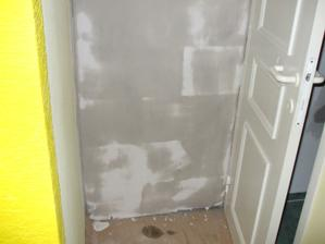 zamurovaný vchod do kuchyne - pohľad z chodby - vpravo dvere na wc