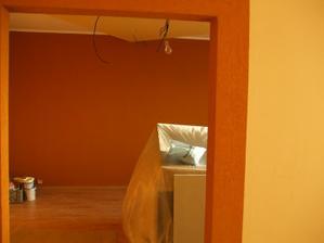 pohľad z kuchyne do obývačky - hrany otvoru sú chránené hliníkovými lištami a na malovke je natiahnutá terranova