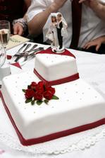 naša tortička, mňam, presne v našich svadobných farbách- biela a brdó
