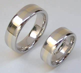 12.8.2006 - Konečne som našla obrázok našich prstienkov.Vyrobila nám ich zlatníčka ručne na objednávku