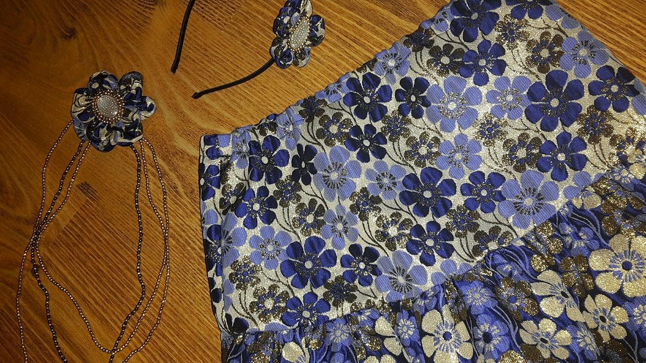 Lesklá modrá kvetová sukňa s doplnkami - Obrázok č. 3