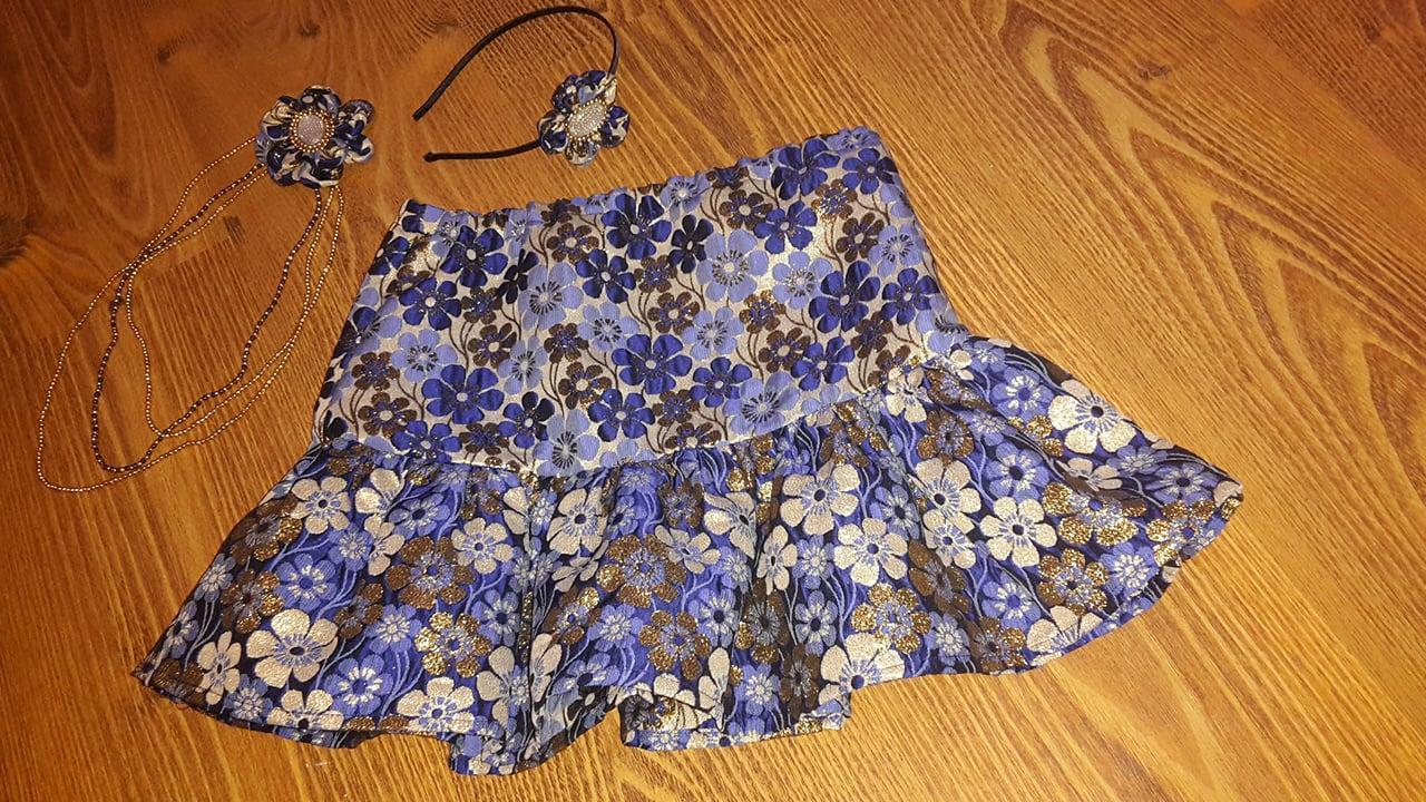 Lesklá modrá kvetová sukňa s doplnkami - Obrázok č. 2