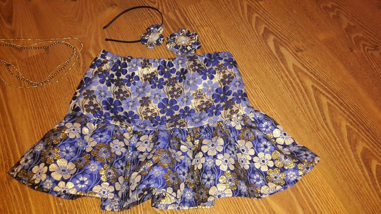 Lesklá modrá kvetová sukňa s doplnkami - Obrázok č. 4