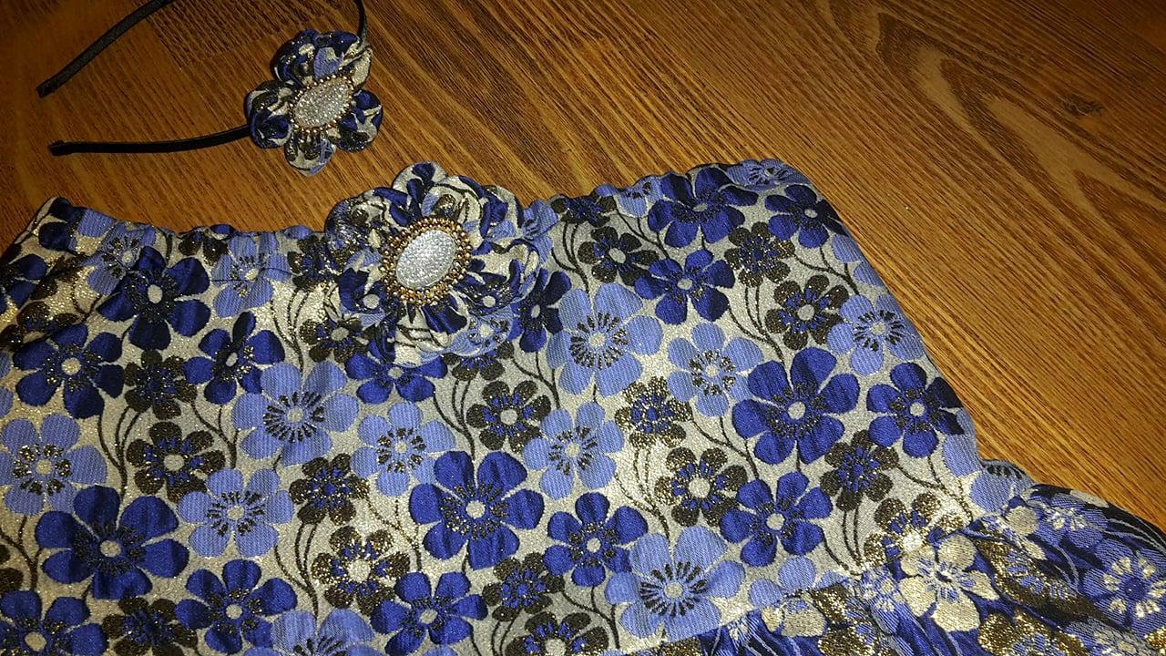 Lesklá modrá kvetová sukňa s doplnkami - Obrázok č. 1