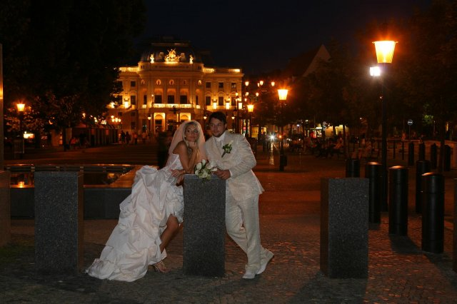 MAŤA{{_AND_}}PEŤO - v pozadí budova divadla