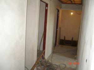 """pohled z obývací kuchyně chodbou ke """"schodům"""""""