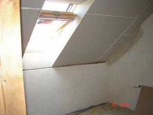 dětský pokoj, jediný s hotovým stropem, propojený průchodem s ložnicí...