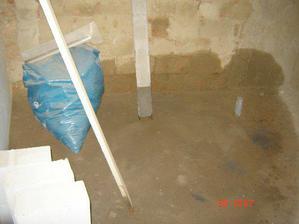 naše vytopená koupelna :-( praskla voda a tím pádem je obkládání v nedohlednu...