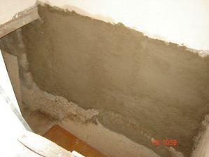 pohled dolů na stěnu, kde bude schodiště... nahazoval MM včera...