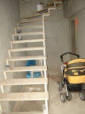 schodiště natřený základovkou