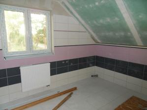 A horní koupelna obložená, vyspárovaná.