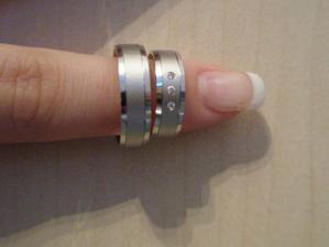 a naše krásné snubní prstýnky...