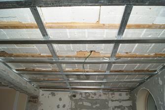 nova konstrukcia na SDK. v miestnosti SDK strop bol, no velmi nekvalitne urobeny - bol pripevneny na drevenej konstrukcii a to nerobilo dobrotu. vsetko islo dolu a ideme od znovu. co bolo dobre 15 rokov dozadu teraz stoji za figu