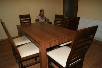 Stôl má 4 nohy a 6 stoličiek :-D a je rozťahovací