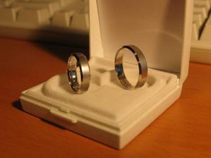 Snubní prstýnky - bílé zlato mat/lesk s rytinou uvnitř.