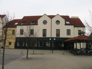 Hostina bude probíhat v hotelu Magnolia na Květnovém náměstí v Průhonicích.