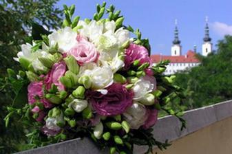 Tak tahle bych ji chtěla: vybrala jsem si bílé frézie a růžové eustomy. Ostatní květinové vazby i dekorace (kromě květiny na auto) budou vycházet z těchto květin.