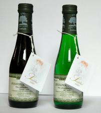 K výslužkám budeme dávat i svatební mini vínečko s oranžovou etiketou,kt.si sami vyrobíme