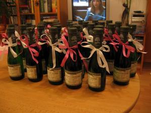 Omašličkovala jsem vínečka pro svatební hosty.
