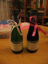 Detail připravených vinných lahviček.