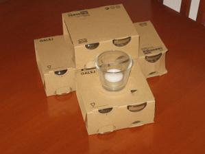Svícínky na svatební stůl s čajovými svíčkami. Ještě doplním nějakou růžovou mašlí či pískem.