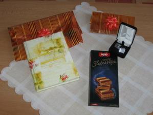 Tyto dárečky jsme dostali od mé milované sestry, která mi půjde za svědka. Pro mne něžný památník, pro Martina hezké manžetové knoflíčky a pro oba trocha čokoládové vášně:-).