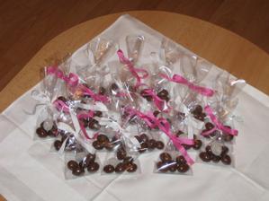 Zase jsem si trochu hrála:-). Tentokrát jsem připravila svatební mandličky:-) pro hosty u oběda.