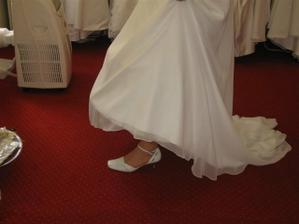 Hurááá, svatební botky se k šatům hodí a vypadají pěkně.