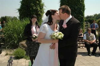 První manželské políbení.