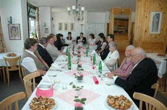 Rodina při svatebním obědě.