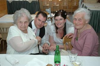 Novomanželé s babičkami.