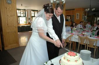 Rozkrojení svatebního dortu (byl vynikající).