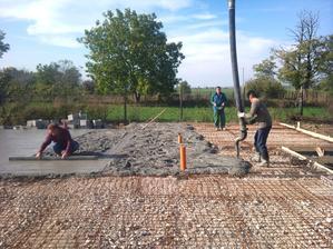 """18.10.2012 - taak konečne betonovanie platne , tomu sa povie pán murár ,celý dom stiahol vodováhou , inde to robia 2-4 """"majstri"""" :D, tu stačil 1 človek , klobúk dole"""