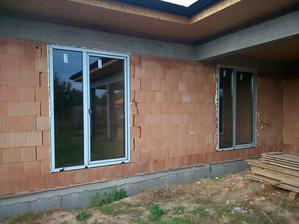 24.10.2013 - tak update - máme okná, dvere, bránu - vnútri pripravená a zasekaná voda + elektrika