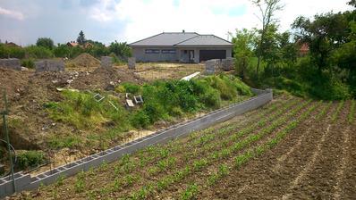 Jún 2014 , uloženie prvých 2 radov do roviny/ oporný múr + príjazdová cesta/