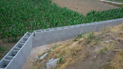Jún 2014 , 4 rady oporného múru uložene a pripravené na betonovanie