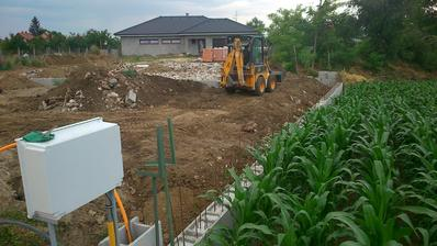 Jún 2014 , po zabetonovaní múru sme uložili prípojky a dosypali múr