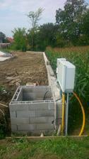 1.august , dobetónovali sme oporný múr + prihrnuli zeminu a uložili budúcu vodovodnú šachtu...