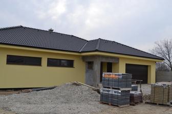 Marec 2015 , domček dostal farbu, sivé miesta na fasáde budú  vyplnené tmavým prírodným kameňom