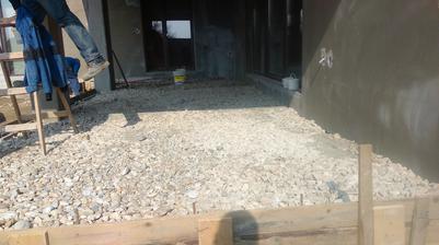 Marec 2015  , terasa, šalovanie z DT + deka, navozenie kameňa- užabovanie, naložila sa kari sieť a celé sa zabetonovalo