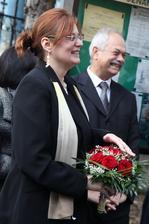 A toto je nádejná adeptka na nasledujúcu svadbu: áno, chytila kyticu :)