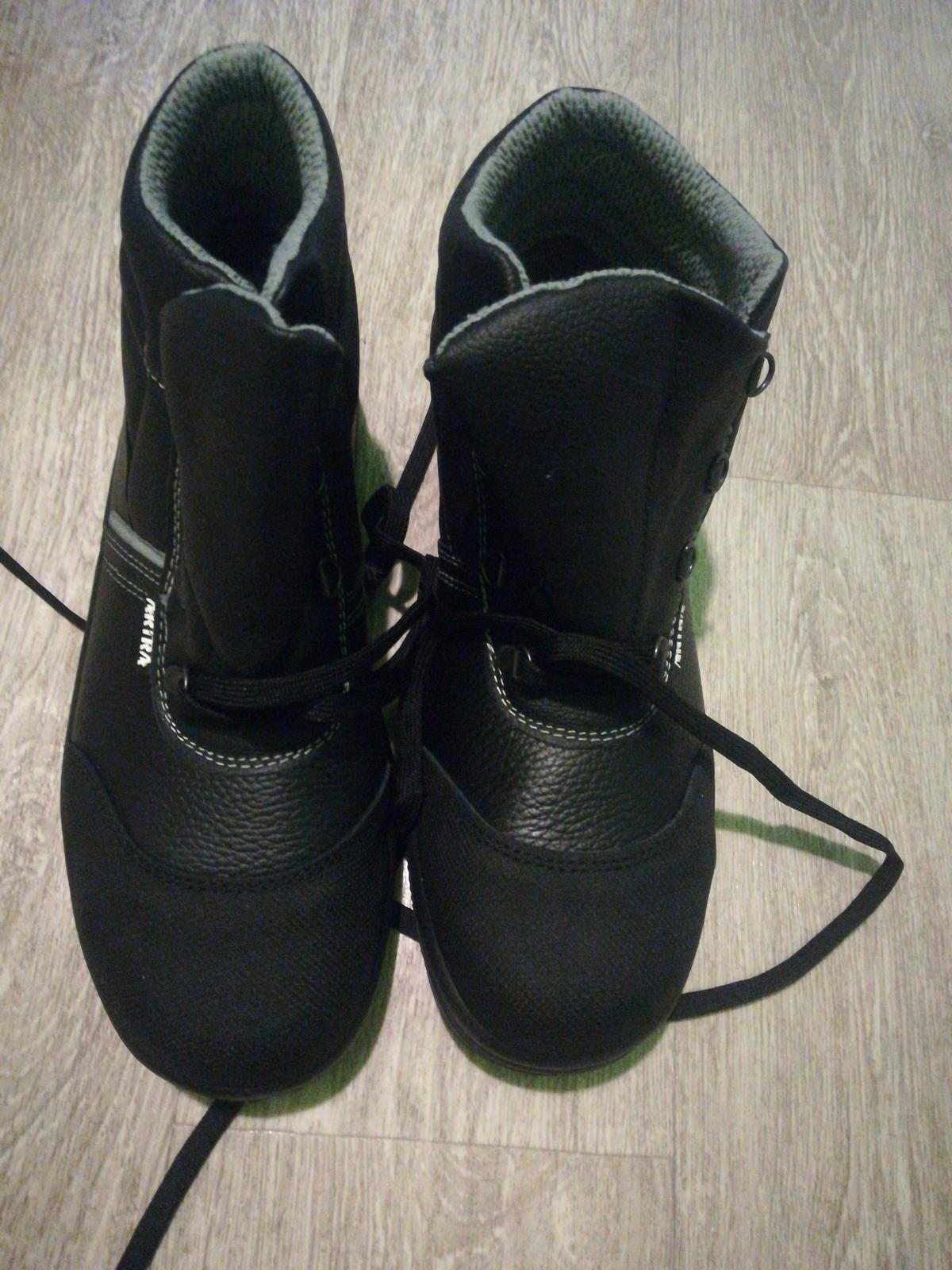 Pracovná obuv veľkosť 41 oceľová špička - Obrázok č. 1