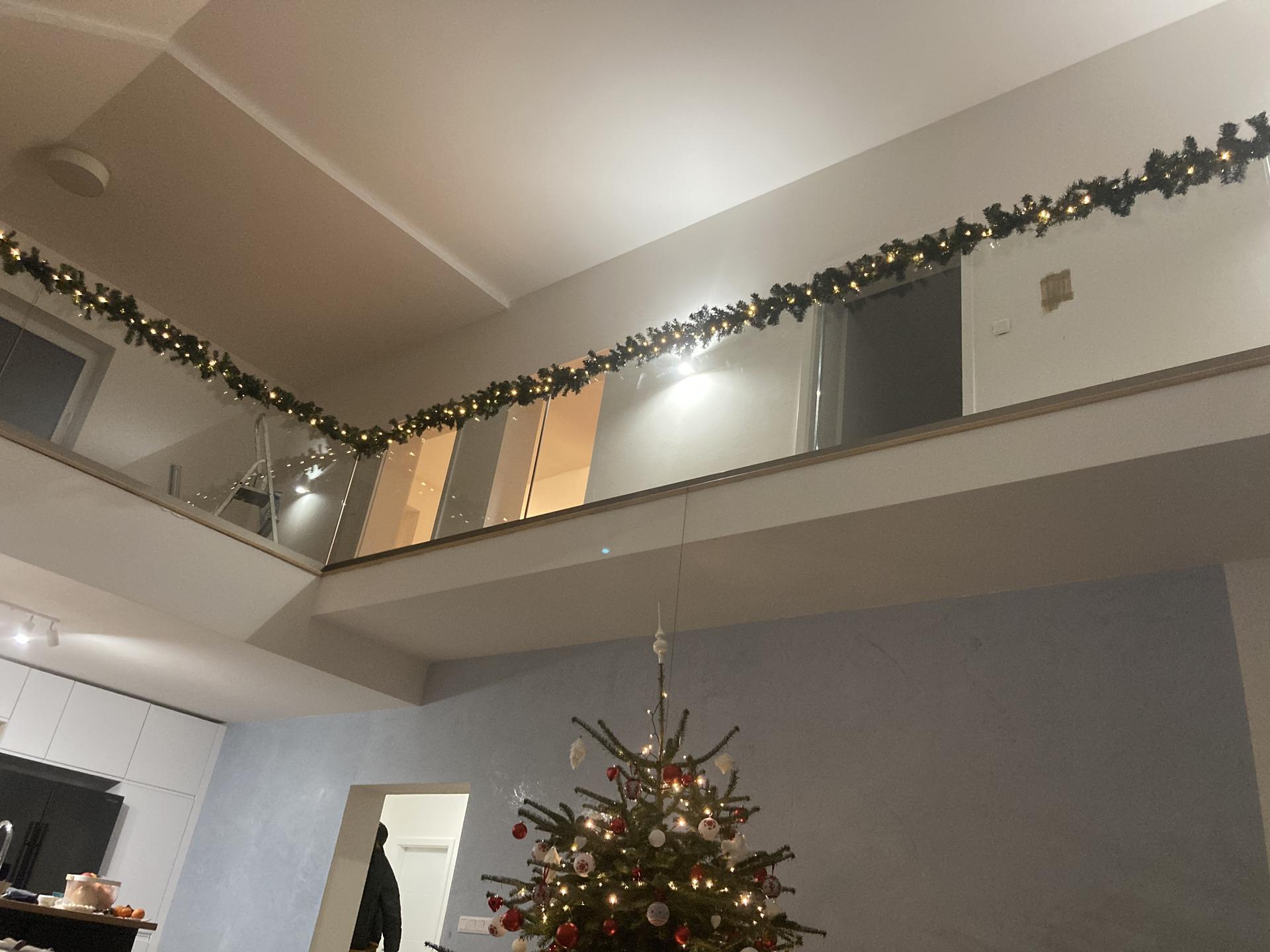 Najviac som sa tešila na toto zábradlie a Vianočnú vyzdobu :) - Obrázok č. 2